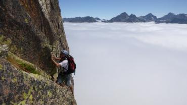 Espectacular escalada sobre las nubes
