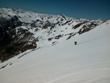 Backcountry skiing in the heart of the Pyrenees, 1.500m drops in great conditions