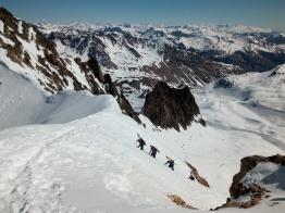 En busca del gran descenso del Glaciar des Agneaux. Climbing up to the top of the Agneaux Glacier. A great descent is waiting for us!
