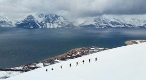 Ascendiendo sobre el Lyngen Fjord. Skiing around Lyngen Fjord, Norway