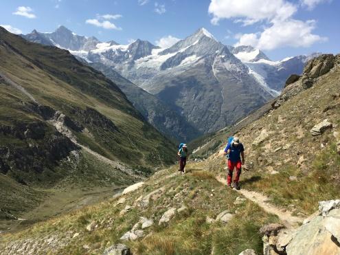 Subiendo a Taschhuette. Justo detrás está el Weisshorn, uno de los picos más atractivos de los Alpes